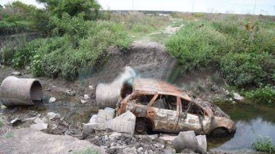 En La Plata aparecen troncos, bloques de cemento y hasta autos en desagües