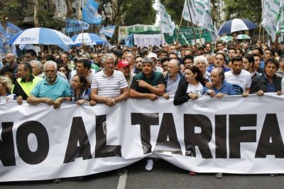 Marcha de los gremios opositores contra los aumentos de tarifas