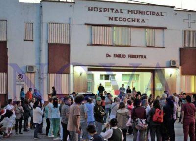 Necochea: con cara de piedra, funcionarios minimizan el colapso del hospital