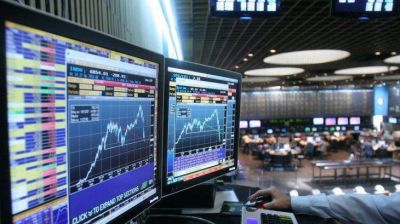El riesgo país perforó los 700 puntos y tocó mínimo en un mes y medio (S&P Merval cerró en baja)