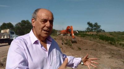 Carhué: el intendente tuvo que aclarar que no están destruyendo el terraplén de defensa