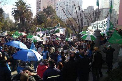 Si no hay acuerdo, los municipales quieren instalar una carpa en la Plaza Rivadavia