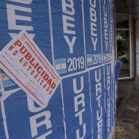 Intiman al gobernador de Salta por pegatina de afiches ilegales