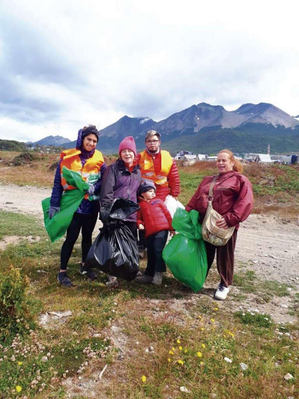 Durante dos jornadas voluntarios recogieron basura en los barrios Bahía Golondrina y Barrio Los Alakalufes