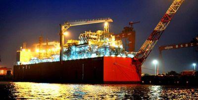 La barcaza que licuará gas para YPF comenzará a producir en abril