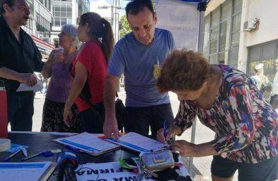 Perrella salió a juntar firmas contra el tarifazo