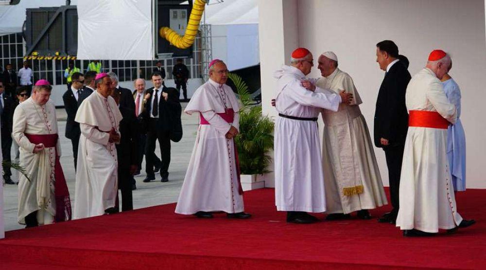 ¿Por qué los obispos que recibieron al Papa Francisco estaban vestidos de blanco?