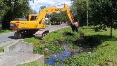 General Pacheco: limpieza en el arroyo Artigas para facilitar el desagüe pluvial