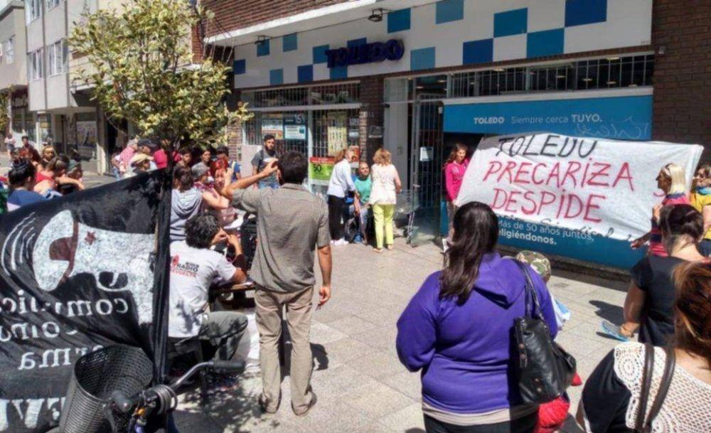 Denuncian persecución y despido a un trabajador de Toledo: lo sacaron del súper con un policía