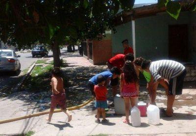 La odisea de unas cien familias para sobrevivir tres meses sin agua potable