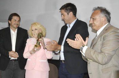 """Una feliz y emocionada Mirtha fue distinguida con el Premio """"María Elena Walsh"""""""