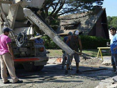 Tareas de hormigonado y repaso general en calles de Quequén