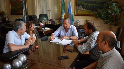 Se firmó el contrato para la extensión de la red cloacal en Movediza