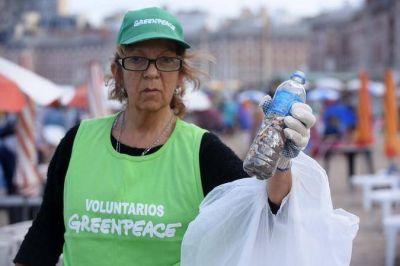 La Ong ambientalista Greenpeace realizó una limpieza de plásticos en la Playa Popular