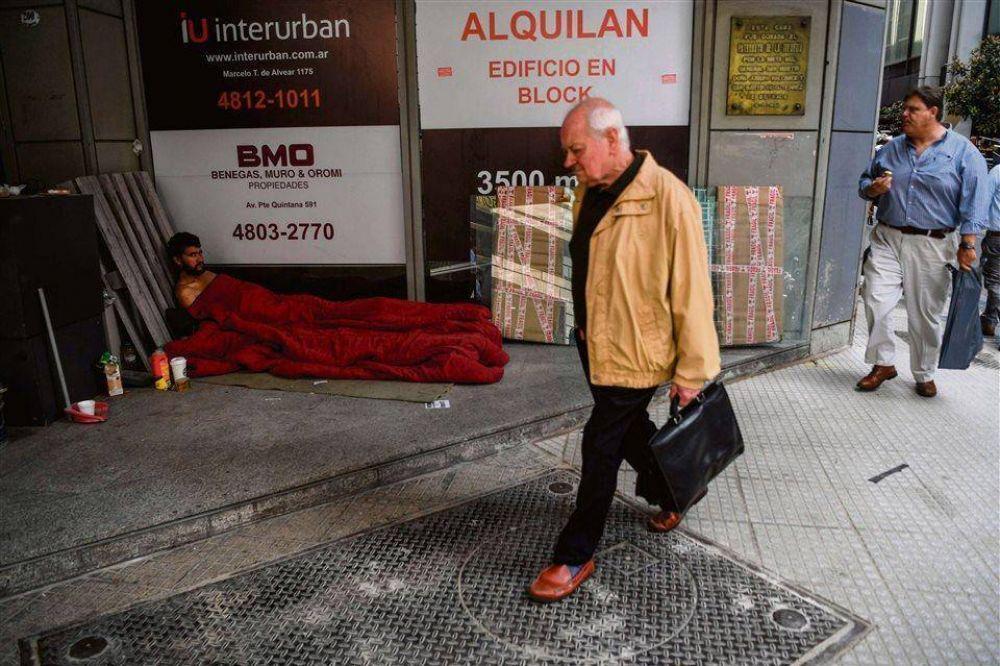 La crisis económica y la inflación hicieron que en la ciudad se duplicara la cantidad de indigentes