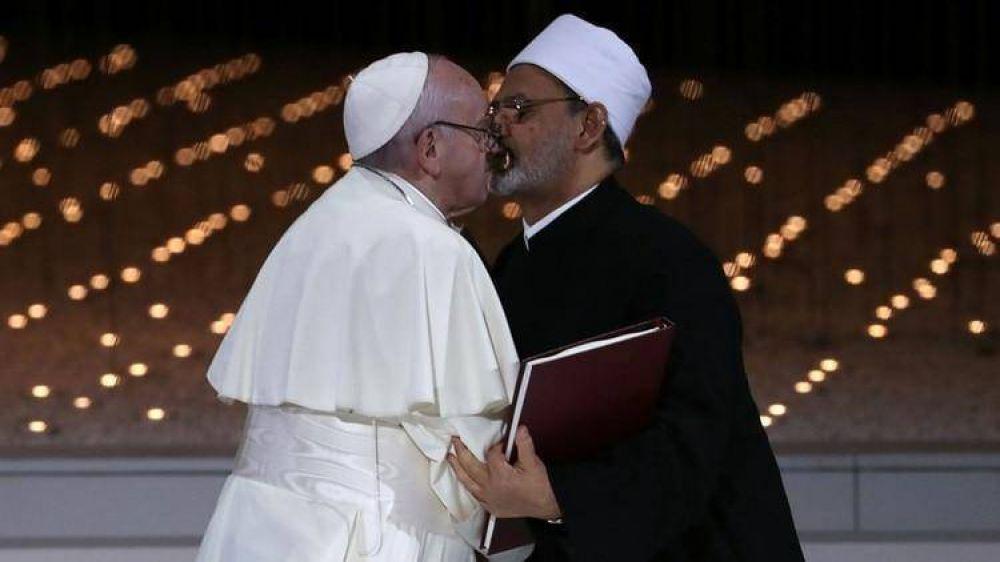 La foto del papa Francisco besando a un imán musulmán que recorre el mundo