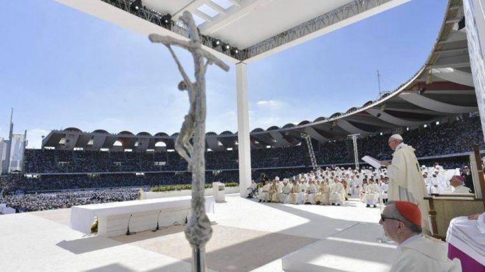 Cristianos en los Emiratos, un pequeño árbol que restaura el oxígeno