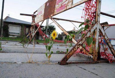 Una obra pluvial pendiente en Actis mantiene vallados dos cruces hace más de un año