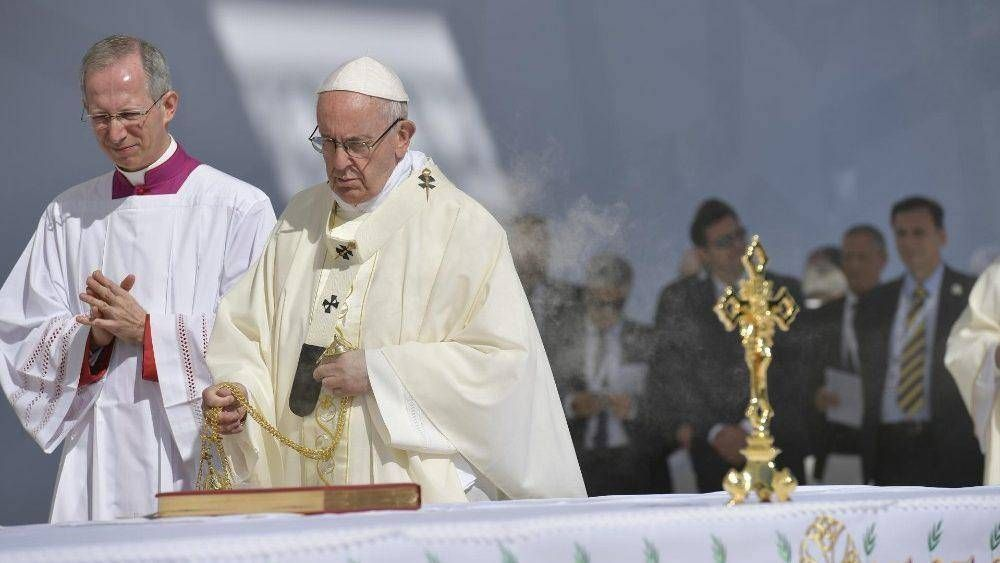 Papa a católicos en Abu Dhabi: no es grande el que tiene, sino el que da