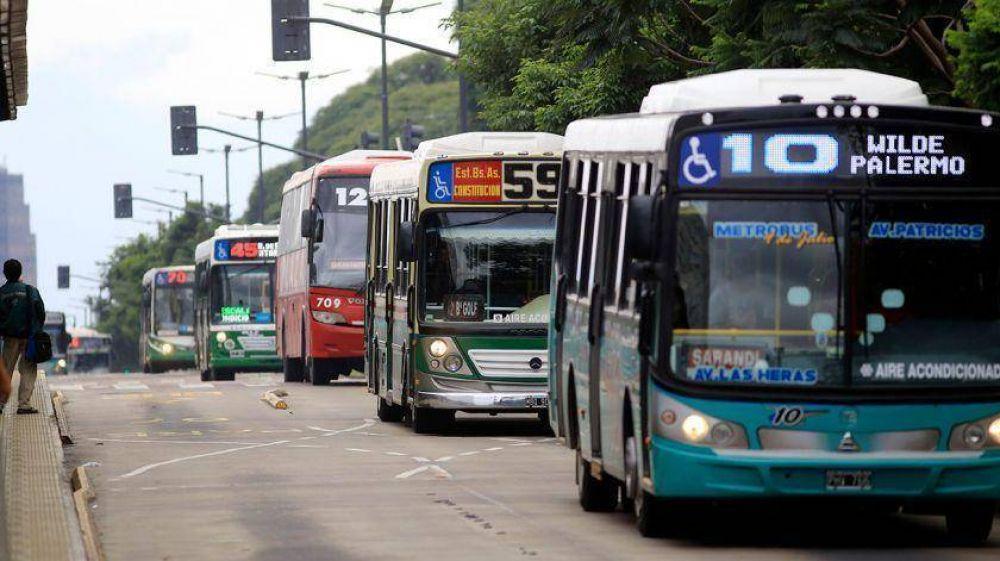 Buscan prohibir taxis y colectivos a nafta para el 2028 en la Ciudad