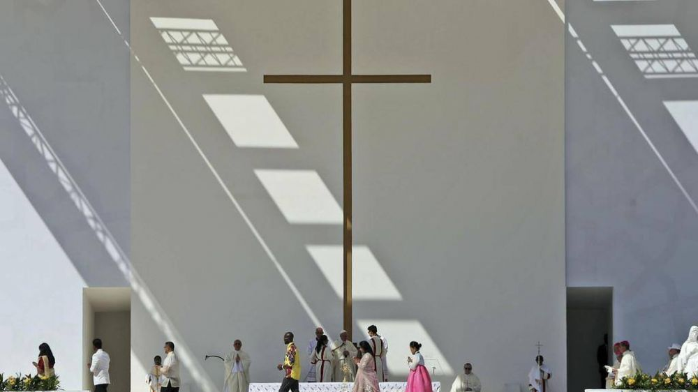 El saludo del Papa con la misa bajo la gran cruz