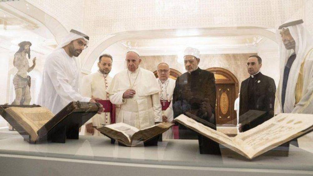 Emiratos: El Papa desveló la estatua de Cristo y algunas páginas del Corán Azul