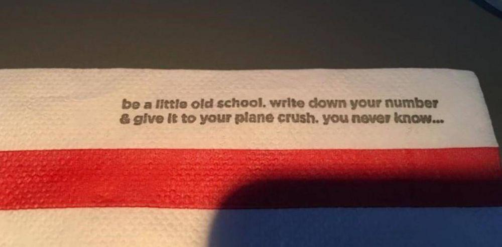 La aerolínea Delta y Coca Cola pidieron disculpas por repartir servilletas con mensajes que molestaron a algunos pasajeros