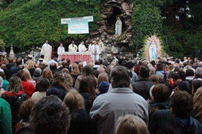Cientos de fieles participaron de la procesión de la Virgen de Lourdes