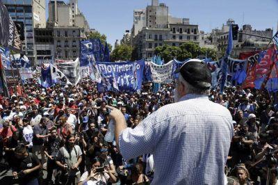 Masiva marcha de los movimientos sociales en reclamo de
