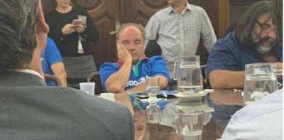 """Quién es el sindicalista que pasó de provocar un escándalo a """"cabecear"""" en la reunión por la paritaria docente"""