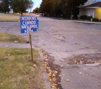 Vecinos señalizan pozos y piden por su arreglo