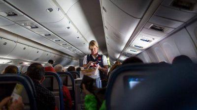 Qué decía el mensaje de Coca Cola que indignó a los pasajeros de un vuelo de Delta