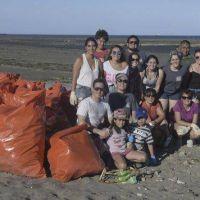 Para vivir un verano sin basura voluntarios limpian dos playas