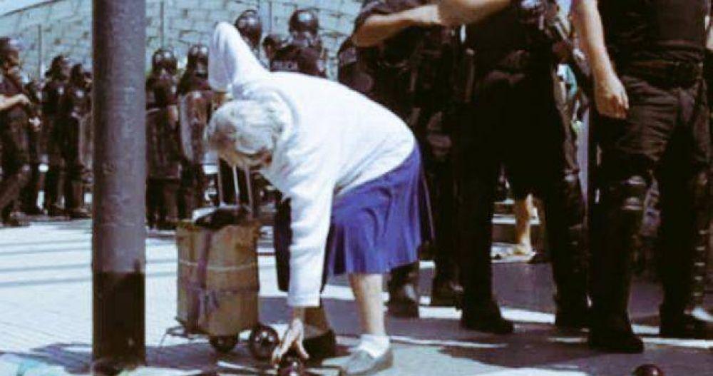 Los productores buscan a la abuela de la foto para donarle verdura