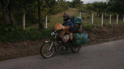 Escasez de gasolina: venezolanos se abastecen como pueden