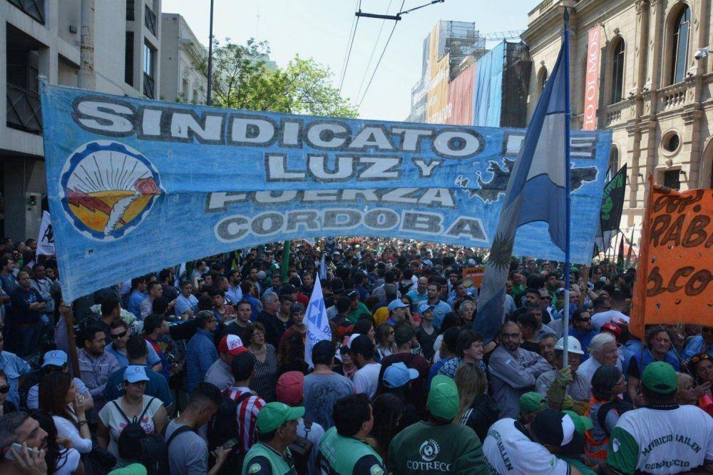 Luz y Fuerza inició un paro total en Córdoba por ataques al convenio colectivo