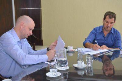 Di Césare firmó convenio con la Fundación Azara
