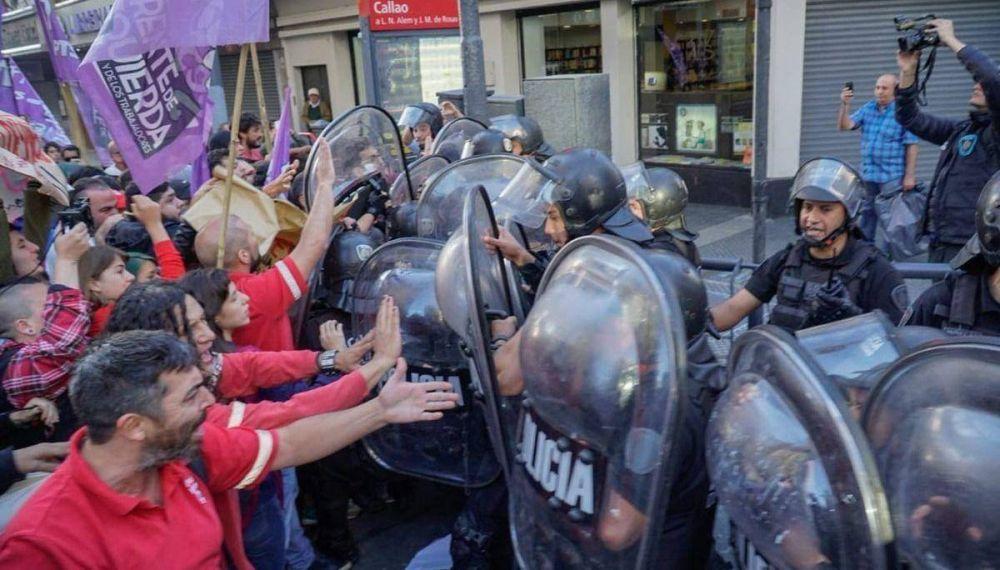 Represión policial por una ola de despidos en Coca Cola