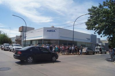 Protesta contra los tarifazos y la calidad del agua en las puertas de ABSA