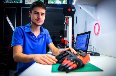 El chico que fabrica prótesis de manos en 3D y las regala a quien las necesite