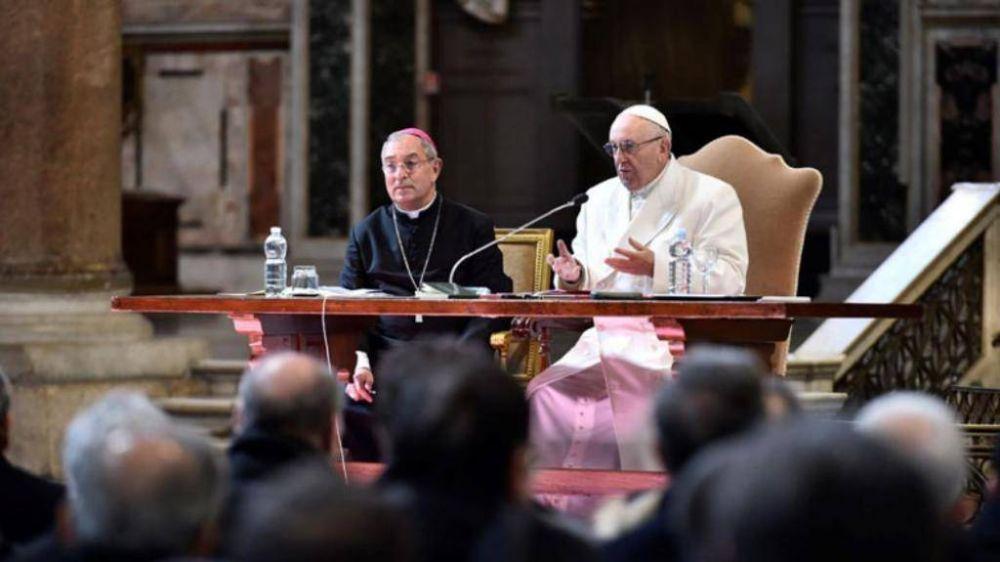 El Papa a sacerdotes de Roma: llevo el dolor de los escándalos que están en todos los diarios del mundo
