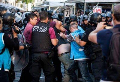 Crece la avanzada represiva de Larreta: tras los feriantes y fotógrafos, palos contra artesanos y turistas