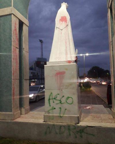 Detuvieron a seis mujeres por pintar una estatua de la virgen en el 8M