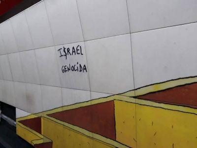 Pintada antisemita en la estación de subte que recuerda a las víctimas de AMIA
