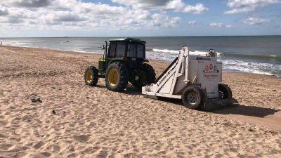 Realizan la limpieza de final de temporada en las playas públicas