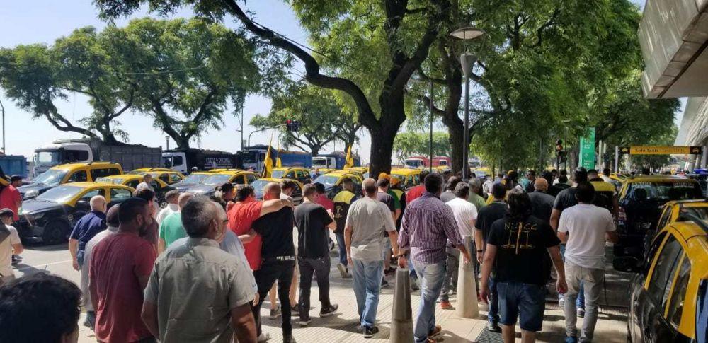 Taxistas de Capital protestan contra la tarifa prefijada en Aeroparque