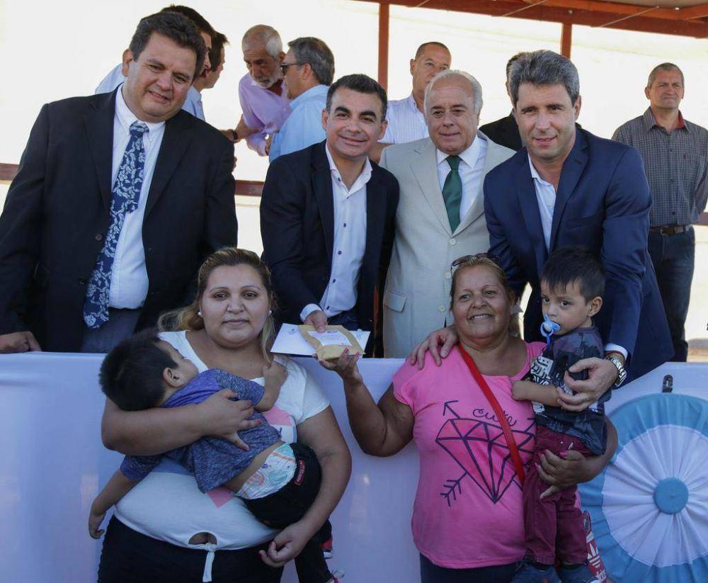 Uñac entregó 178 viviendas en Chimbas