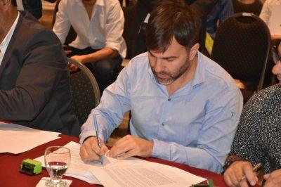 El intendente de Castelli, Echarren, firmó convenio con la oficina anticorrupción