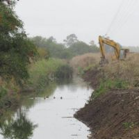 Hidráulica de Provincia avanza con la limpieza de dos canales en Balcarce