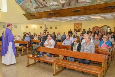El Obispo junto a políticos, sindicalistas y dirigentes en Jornada de Reflexion